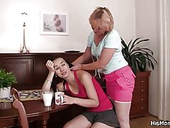 Plavuša mama i tinejdžerska idi lezbejka